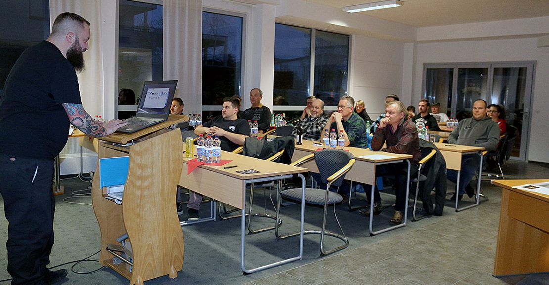 Gepannt lauschen die Teilnehmer den Vorträgen von Sönke Priebe, Buchautor und Tow truck driver
